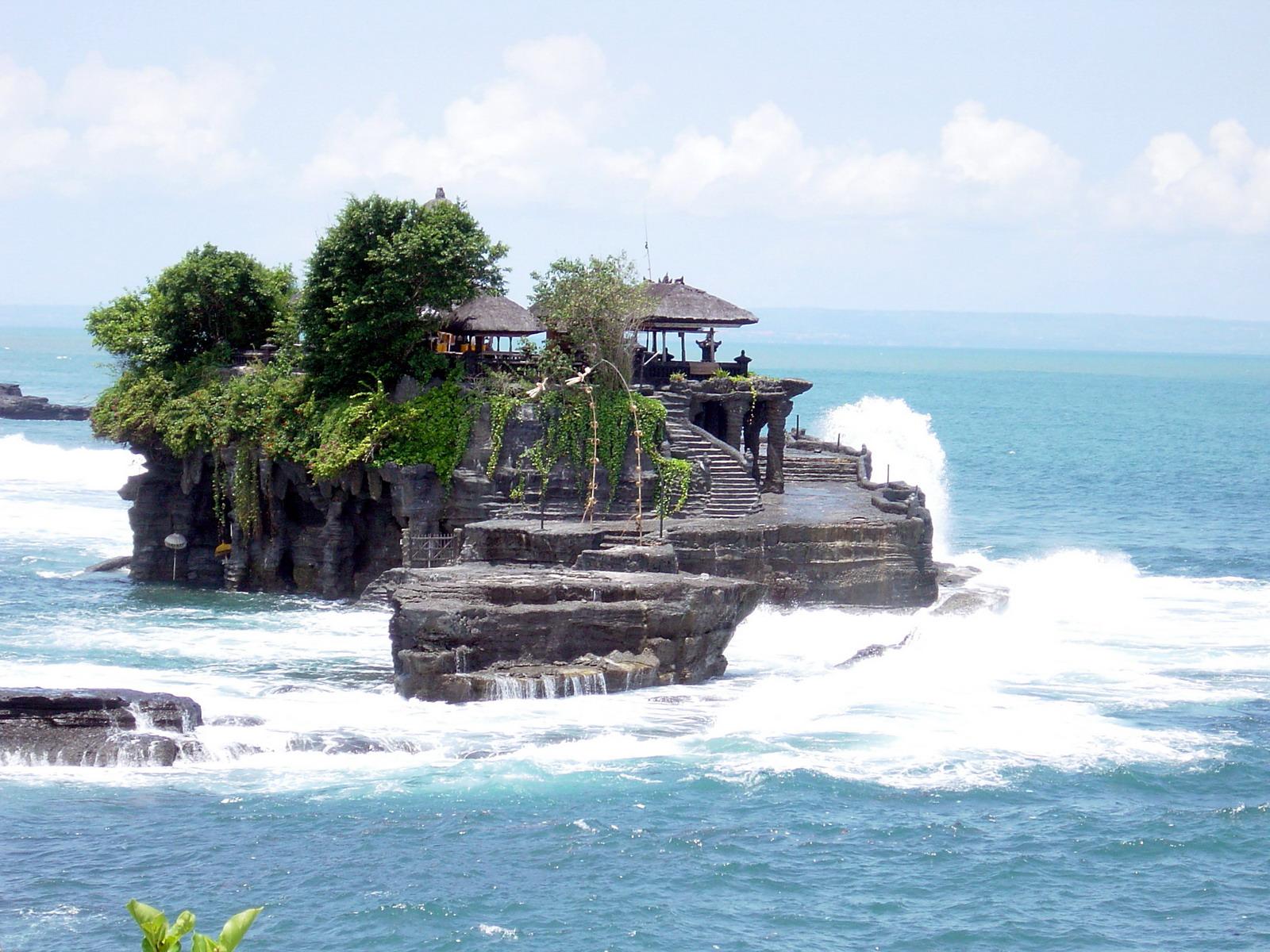 Пура Танах Лот - священная земля в море, на острове Богов.